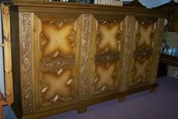 Antik stílusú szekrény