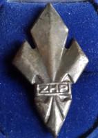 Lengyel cserkész jelvény ZHP ,hossza :40mm,szélesége:22mm , hátul két tüvel  rögzíthető