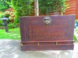 Szokatlanul nagy, feliratos régi kínai láda, keleti, japán