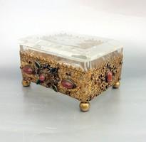 Ékszertartó doboz csiszolt Cupido dekor, színes üvegek, aranyozott fém montír