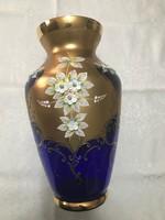 Bohémia nagy méretű aranyozott váza kézzel festett plasztik virágokkal