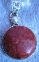 925 ezüst medál tenyésztett gyönggyel, szivacs korallal