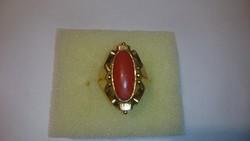 Arany 14 karátos (585-ös) gyűrű, valódi vörös nemes korallal díszítve