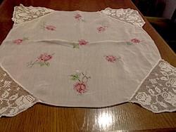 Antik, nagyon szép rózsás muszlin terítő csipke sarkokkal   67 x  67 cm