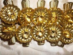10 db. arany színű csiptetős gyertyatartó.