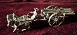 Ezüst lovasszekér miniatűr  amely fát szállít