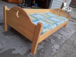 Eladó egy fenyő gyerek ágy, gyerekágy , matraccal és ágyráccsal. Bútor szép állapotú. Külső Méretei: