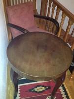 Régi hajlított karfás fotel-pár és hozzátartozó asztal