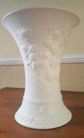 Kaiser hófehér relief-dekor váza, sign. M.Frey  26 cm