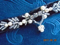 CHOKER Bársony pánt gyönggyel kivarrva-34,5 cm