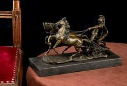 Római harcos harci szekéren - bronz szobor