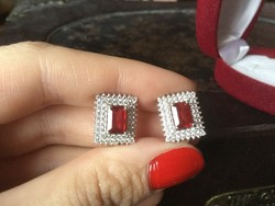 Mélyvörös, természetes 925 ezüst rubin kövekkel kirakott kapcsos fülbevaló