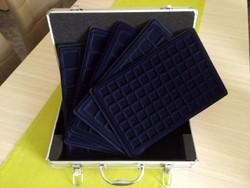 Új érmetartó bőrönd 5 db tálcával és kulcsokkal