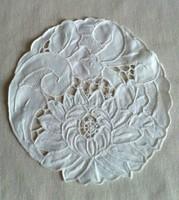 Hófehér, kézi hímzésű terítő, egyedi, 17,5 cm átmérőjű
