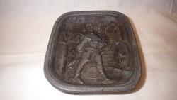 Jelzett fém dísztárgy páncélos katona boroshordó társaságában