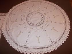 Szépséges antik kör alakú fehér maderia hímzett terítő