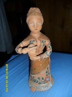 Doroginé Anna:  Kenyérszelő asszony kerámia figura