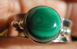 925 ezüst gyűrű 18,9/59,3 mm malachit kővel (pilot stonnal)