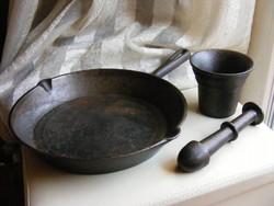 Öntöttvas serpenyő és vas mozsár törővel