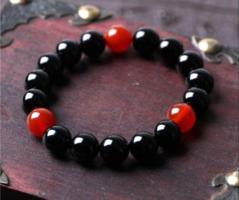 Természetes fekete ónix achát és rubin gyöngyös karkötő