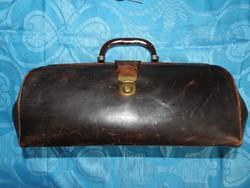 Régi bőr orvosi táska fonendoszkóppal és egyéb orvosi eszközökkel