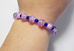 Roppantott és matt kék, lila üveg gyöngyös karkötő