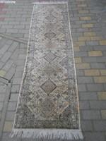 Antik kézi csomózású selyem szőnyeg.