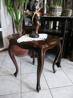 Nagyon régi antik vastag dió furnéros bécsi barokk asztalka teljesen stabil állapotban