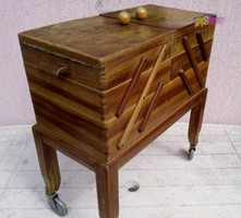 Kerekes furnérozott varró ládika, fedeles oldalra nyitható rekesszekkel, Holland kézműves munka.