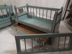 Játék bútorok - babaágyAK - AZ ÁR 1 DARAB - két vége kézzel festett 35 x 21 x 16 cm Osztrák
