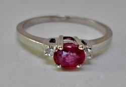 Gyönyörű rubinköves arany gyűrű brillekkel