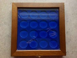 Falra akasztható üveges érmetartó 35 mm fészkekkel/id 8274/