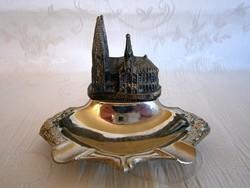 Különleges fém hamutál, hamutartó, rajta a Kölni Dóm miniatűr fém mása