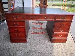 Szinte új, eredeti chesterfield térbe állítható bőrborítású íróasztal!