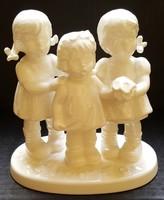 Hummel figura három kislánnyal, 13,5 cm --- FEHÉR