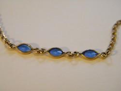 Kék kövekkel díszített aranyozott karlánc, karkötő