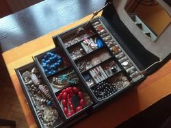 Hibátlan bőr ékszertartó doboz láda antik ezüst retró ékszerek pénz gyűrű stb. teljes tartalmával