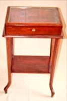 Vitrin asztalka mahagóni nyitható fedéllel lábain réz papucsokkal restaurált beépített zárral