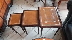 Bőrlapos kis asztalka szett 3db-os
