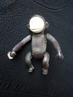 Kulccsal felhúzható bukfencező majom
