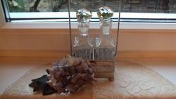 Ezüst fényű szervírozó, páros üvegtartó (ecetes,öntetes,olajos) csiszolt, üvegdugós üvegekkel.