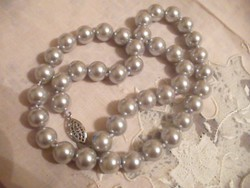 Ezüst színű gyöngysor