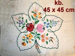 6a17fb1db0 Fehér alapra kézzel Kalocsai mintával hímzett szőlőlevél alakú terítő 45 x  45 cm ...