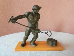 Öntő munkás bronz szobor