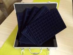Új érmetartó bőrönd 5 db tálcával és kulcsokkal (id9681)