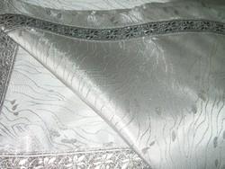 Mese szép ezüst abrosz