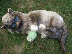 Életnagyságú fajansz cica