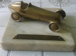 Bronz régi versenyautó szobor márványlapon céges réztáblával