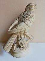 Részletgazdag, rózsaágon ülő, alabástrom énekes madár szobor