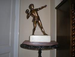 Súlylökő bronzszobor